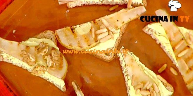 La Prova del Cuoco - Crostini di pera grigliata con caprino e curcuma ricetta Bianchi