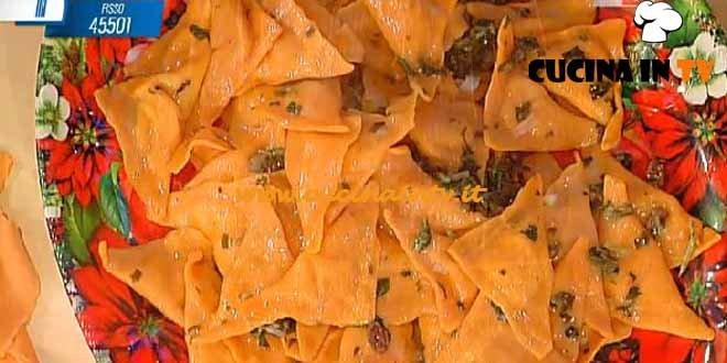 La Prova del Cuoco - Triangoli rossi alle pere con salsa di cicoria e uvetta ricetta Spisni