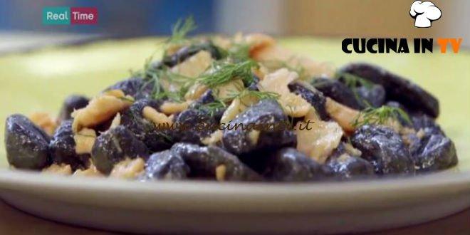 Gnocchi al nero di seppia con salmone ricetta Benedetta Parodi da Molto Bene