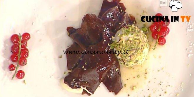 La Prova del Cuoco - Crêpes al cioccolato con uva fragola e gelato flambé ricetta Ambra Romani