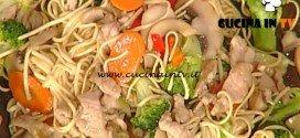 La Prova del Cuoco - Noodles con bocconcini di maiale e verdure in wok ricetta Natalia Cattelani