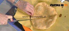 La Prova del Cuoco - Pizza fritta con scarola paté di olive nere colatura di alici e provola affumicata ricetta Gino Sorbillo