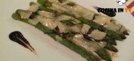 Cotto e mangiato - Asparagi e porri con scaglie di formaggio ricetta Tessa Gelisio