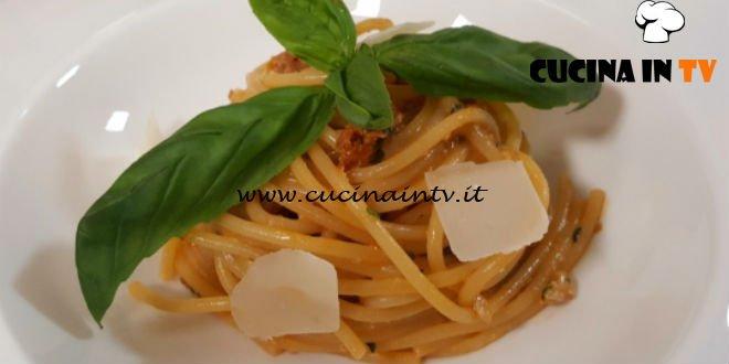 Spaghetti Al Pesto Di Pomodori Secchi E Noci Ricetta Tessa Gelisio