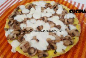 Cotto e Mangiato   Pizza di frittata funghi e mozzarella ricetta Tessa Gelisio