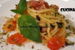 Cotto e Mangiato   Spaghetti con pomodorini granella di pistacchi e pancetta croccante ricetta Tessa Gelisio
