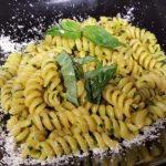 Cotto e mangiato - Fusilli al pesto corretto con curcuma ricetta Tessa Gelisio