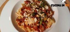 Cotto e mangiato - Orecchiette tricolori con pomodori broccoli e mandorle ricetta Tessa Gelisio