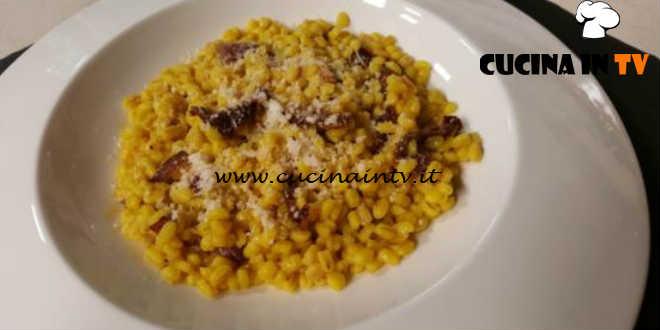 Cotto E Mangiato Orzo Alla Curcuma Con Pomodori Secchi E Pecorino