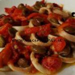 Cotto e mangiato - Calamari peperoni e olive ricetta Tessa Gelisio