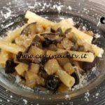 Cotto e mangiato - Sedanini con melanzane olive e capperi ricetta Tessa Gelisio