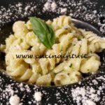 Cotto e mangiato - Fusilli con pesto zucchine e taleggio ricetta Tessa Gelisio