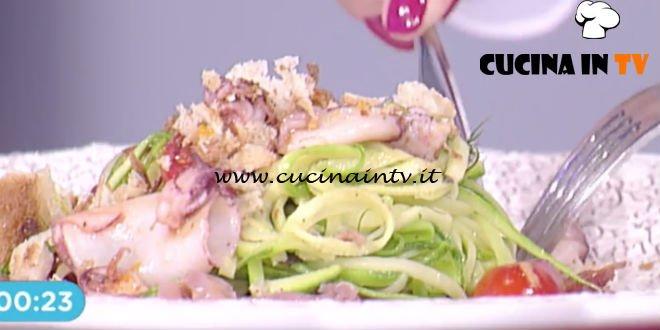 Prova del Cuoco   Insalata di calamaretti e zucchine su carpaccio di tonno ricetta Valbuzzi
