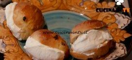 Ricette all'italiana | Maritozzi alla crema ricetta Anna Moroni