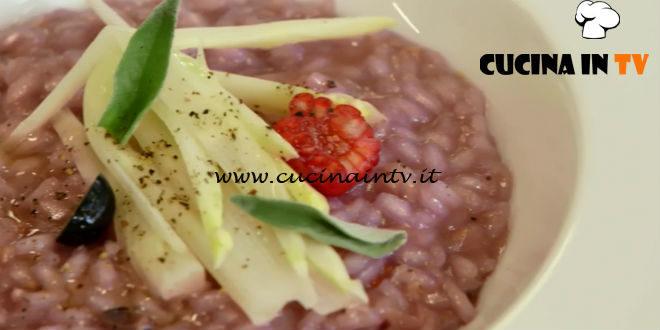 Uno chef in fattoria | Risotto con asparagi e frutti di bosco ricetta Roberto Valbuzzi