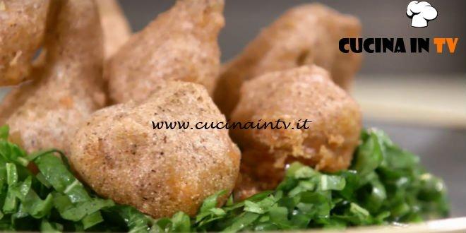 Uno chef in fattoria - ricetta Sciatt di casera e cicorino all'aceto di lamponi di Roberto Valbuzzi