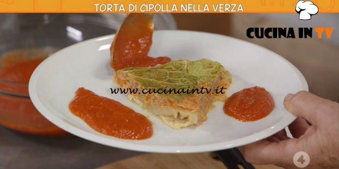 Ricette all'italiana | Torta di cipolla nella verza ricetta Anna Moroni