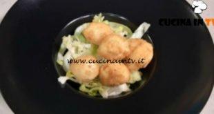 Cotto e mangiato - Uova di quaglia fritte con insalata ricetta Tessa Gelisio
