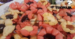 Geo - ricetta Rose di sfoglia dolce all'alchermes di Alessandra Bazzocchi