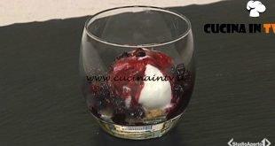 Cotto e mangiato - Dessert gelato frutti di bosco con crumble di nocciole ricetta Tessa Gelisio