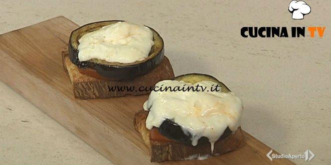 Cotto e mangiato - Crostini di melanzana e stracchino ricetta Tessa Gelisio