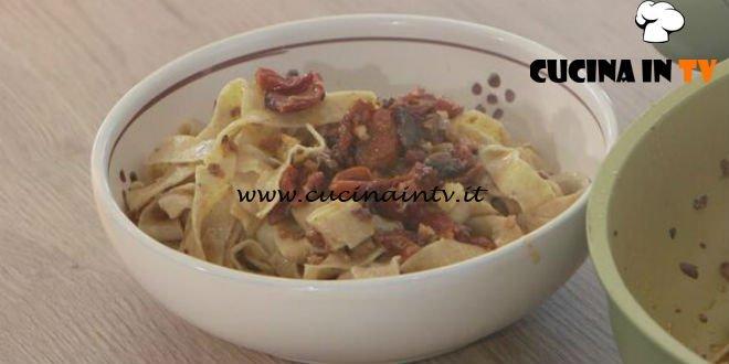 Ricette all'italiana - ricetta Tagliatelle con sugo di alici e pomodorini secchi di Anna Moroni