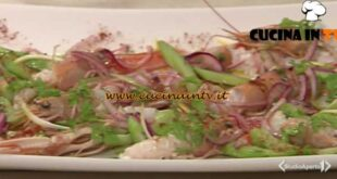 Cotto e mangiato - Insalatina di sedano cipolla rossa e scampi ricetta Andrea Mainardi